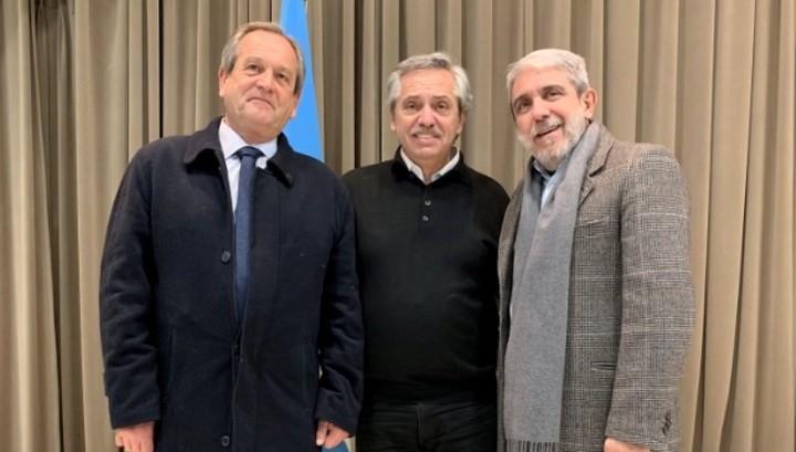 En campaña. Aníbal Fernández, en Mar del Plata junto al precandidato presidencial del Frente de Todos, Alberto Fernández, y el precandidato a intendente de Pinamar, Horacio Errasquin.