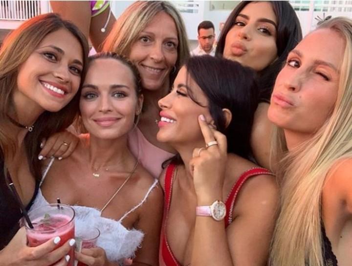 Antonella Rocuzzo, Romarey Ventura, Daniella Semaan y Sofía Balbi, en primera plana. Las esposas de Messi, Alba, Fábregas y Suárez.