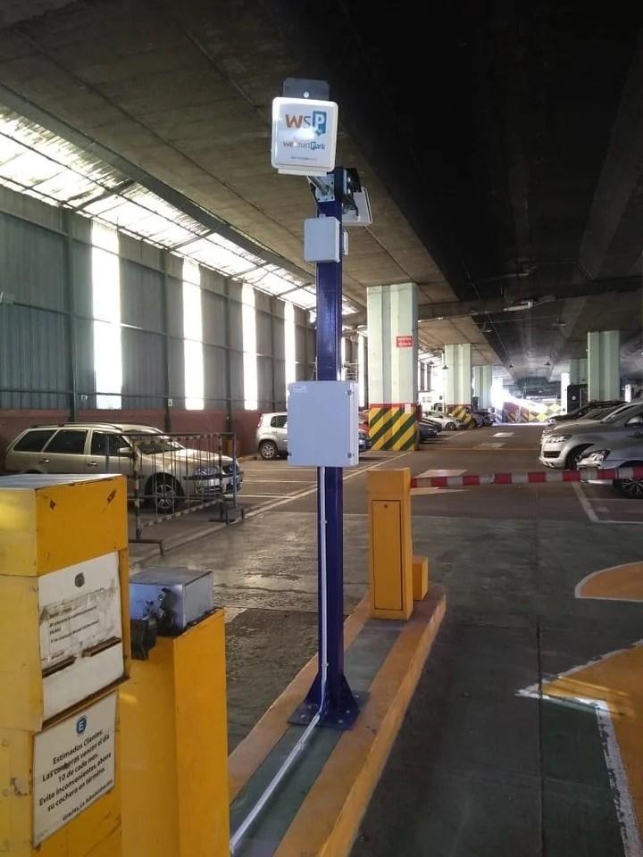"""En WesmartPark, una antena """"lee"""" el ingreso y egreso del auto. Luego, de forma automática, el sistema le debita al conductor lo que gastó."""