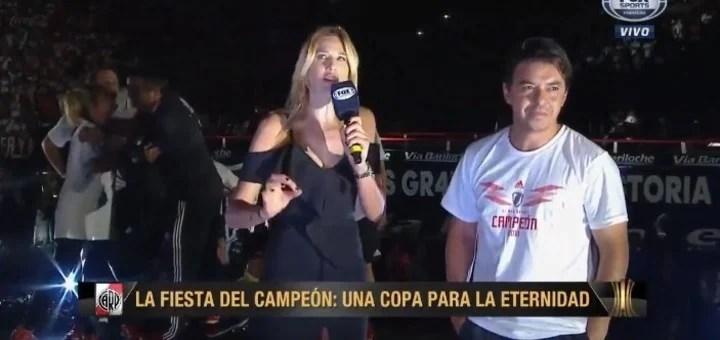 Alina Moine y el Muñeco Gallardo en los festejos de River campeón de la Copa Libertadores. Captura TV