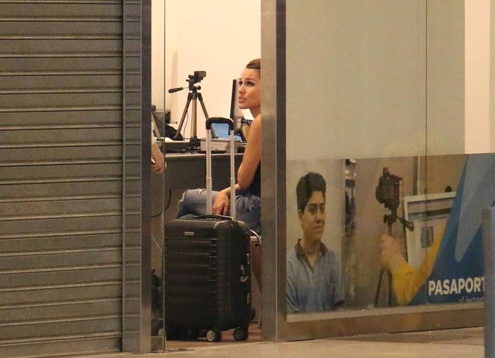 Pampita tenía el pasaporte vencido y tuvo que renovarlo en Ezeiza. Foto: Movilpress