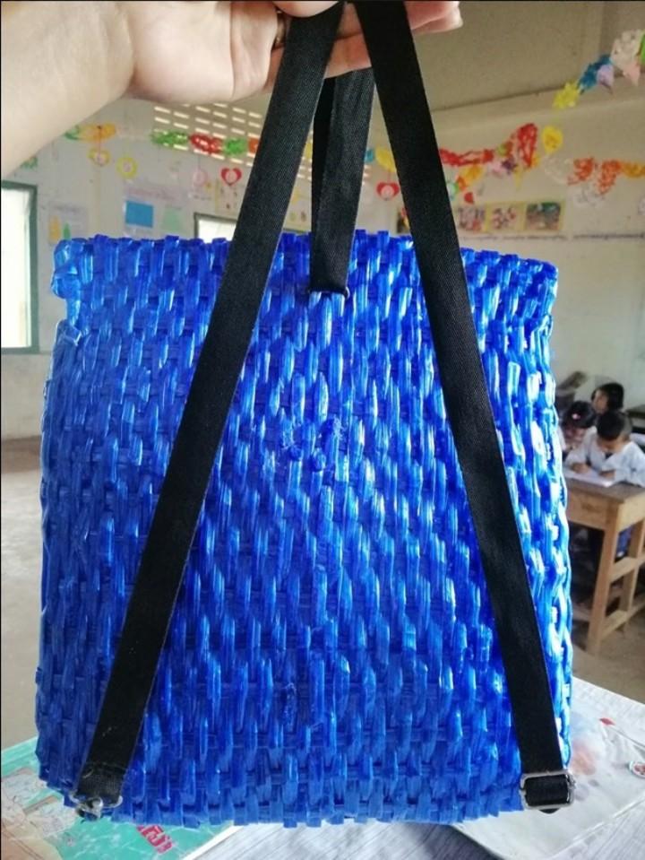 El hombre pas toda la noche elaborando  una original mochila tejida con hilo de fibra sinttica azul Con tirantes y seguros negros Facebook