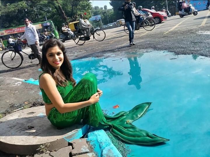 En 2017, con ayuda de una actriz, transformó la apariencia de un enorme bache con agua estancada convirtiéndolo en una piscina con una sirena en el medio (Facebook).