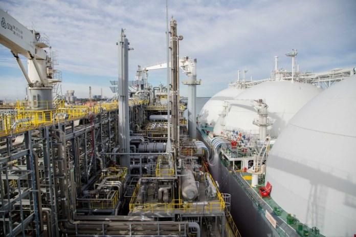 La barcaza productora de Gas Natural Licuado (GNL) que la petrolera YPF opera en el puerto de Bahía Banca iniciará el lunes el proceso de carga del primer buque metanero que abrirá las exportaciones regulares hasta mayo, a partir del gas proveniente de Vaca Muerta.