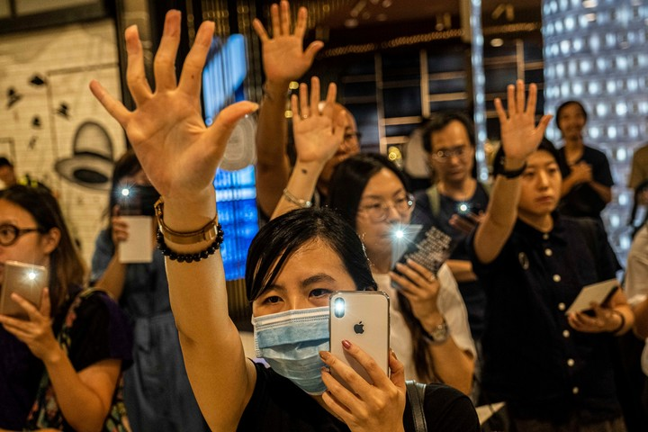 Manifestantes cantan en el shopping del Centro Internacional Financiero en Hong Kong./ Lam Yik Fei/ The New York Times