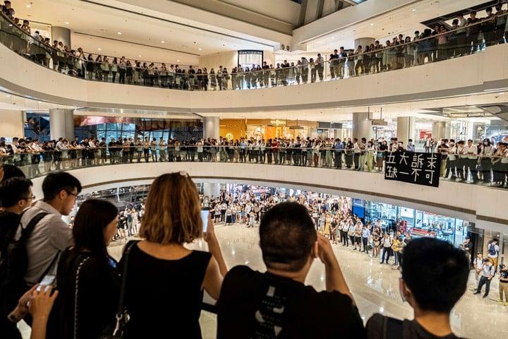 Manifestantes cantan en un shopping de Hong Kong tras crear su propio himno./ Lam Yik Fei/ The New York Times