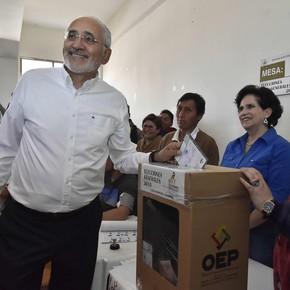 Quién es Carlos Mesa, el periodista que busca arrebatarle el poder a Evo Morales
