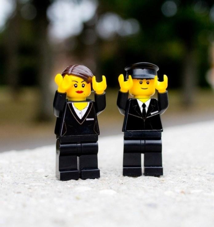 Dos empleados de la funeraria versión Lego.