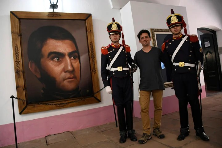 En el museo conventual de San Carlos Borromeo, San Lorenzo, donde está instalado el primer cuadro de Ghigliazza, los granaderos están a cargo de las visitas guiadas. (Juan José García)