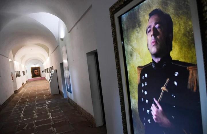 En el Museo de San Carlos, en San Lorenzo, pantallas en las paredes muestran a actores que, al pasar los visitantes, representan a los personajes clave del combate del 3 de febrero de 1813. (Juan José García)