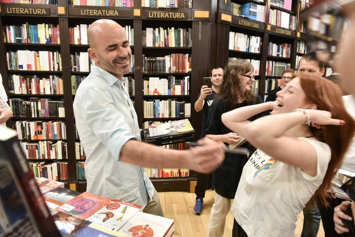 The arrival to the public.  Eduardo Sacheri with a reader in 2019.