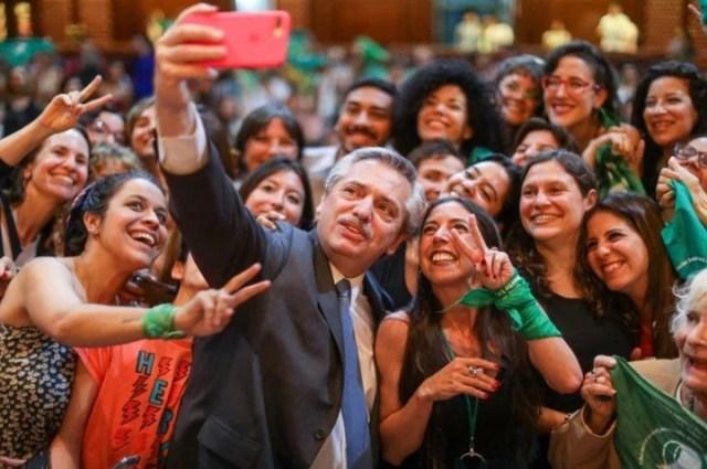 Besos, selfies y abrazos: Alberto Fernández fue ovacionado por los presentes.