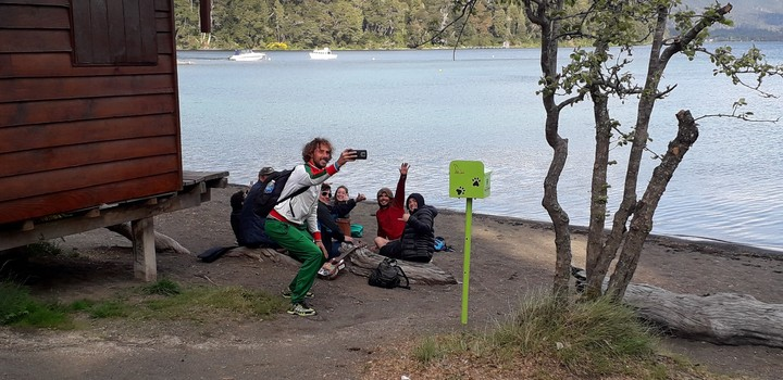 El búlgaro Kostadin Kisyov se saca una selfie con jóvenes argentinos, en la Bahía Mansa de Villa La Angostura. Fue 75° en los 15 kilómetros del Mundial de Montaña.