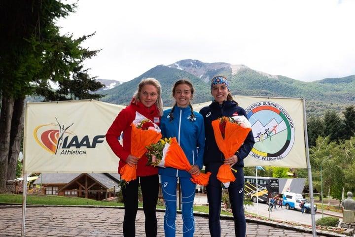 El podio de las juniors en el Mundial de Montaña, en Villa La Angostura: la italiana Angela Mattevi, entre la checa Barbora Havlickova y la francesa Jade Rodríguez.  Foto: Prensa K42