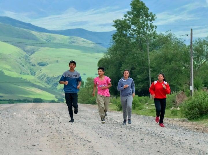 Axel Cancino, Facundo Gramajo, Aldana Cruz y su hermana Morena vuelven del colegio al trote.  Foto: Rafael Mario Quinteros