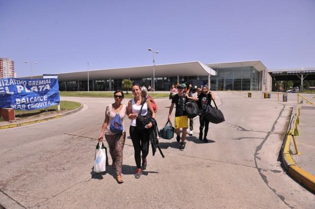 Turistas afectados por el paro en la terminal de micros. Foto Maxi Failla