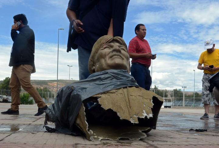 Resultado de imagen de destruyen busto y borran nombre de Evo Morales en coliseo deportivo boliviano