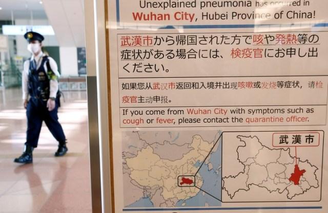 Un aviso sobre el brote de coronavirus colocado en el aeropuerto de Tokio, en Japón. El virus puso en alerta a varios países de la región. REUTERS/Kim Kyung-Hoon/File Photo