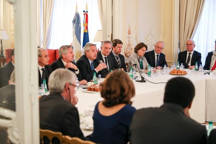 Alberto Fernández, junto a empresarios en Francia. (Presidencia)
