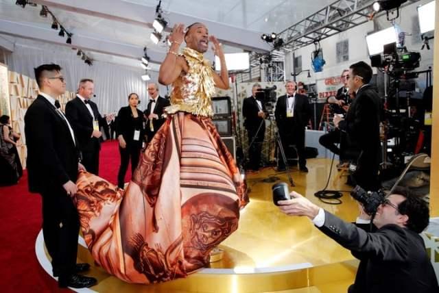 Billy Porter, con una amplia falda, en los Oscar 2020 (REUTERS/Mike Blake).