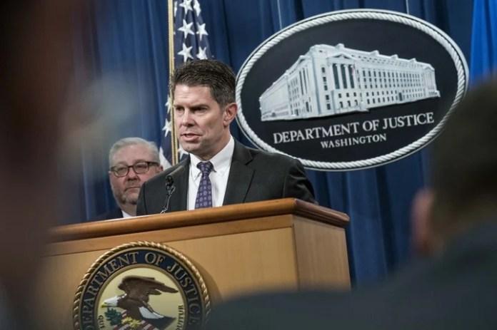 Precisiones. Una rueda de prensa del director del FBI, David Lance Bowdich, durante el anuncio de la acusación a los cuatro militares chinos (AFP).