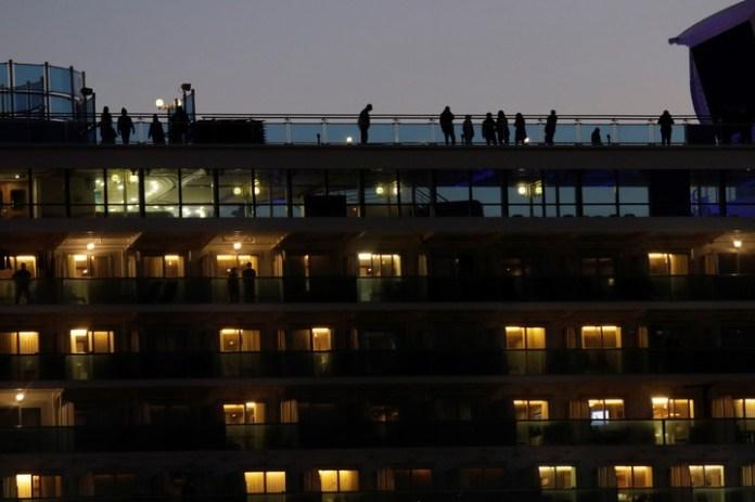 Los responsables del crucero pusieron más canales de TV a disposición de los pasajeros. /AP