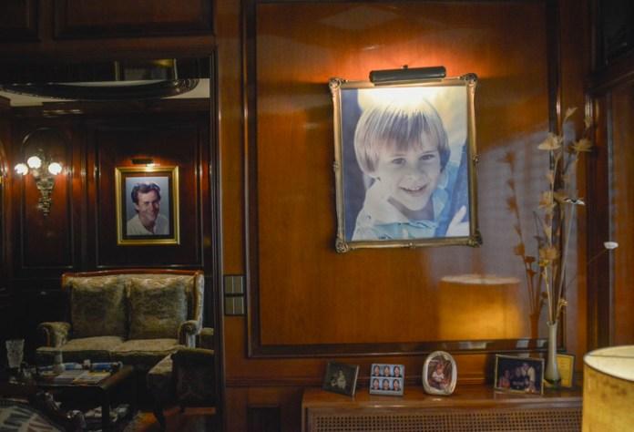 Una pintura con un retrato de Axel a los 8 años en el salón de la casa de Blumberg y, en el fondo, en la antesala, su foto más conocida. (Foto: Constance Niscovolos)