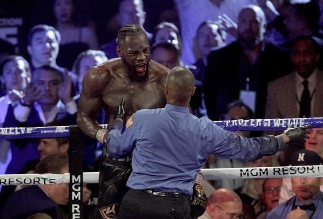 Deontay Wilder le echa la culpa a su disfraz por la derrota ante Tyson Fury. (John Gurzinski / AFP)