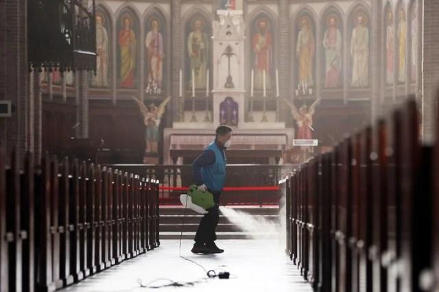 Un trabajador desinfecta el interior de la catedral de Myeongdong, en Seúl, Corea del Sur. (Lee Ji-eun/Yonhap via AP)