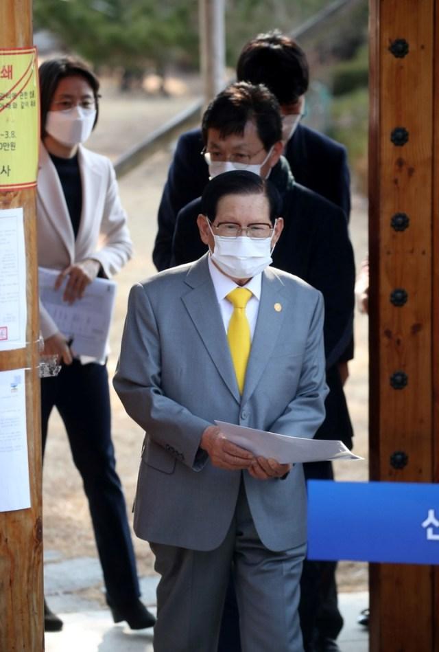 """""""Quiero ofrecer mis más sinceras disculpas a la gente, en nombre de los miembros"""", dijo el líder de la Iglesia de Jesús Shincheonji, vinculada con la mitad de los casos de coronavirus en Corea del Sur. (AFP)"""