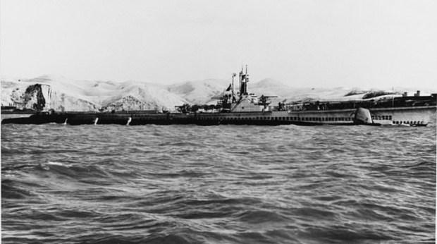 El Stickleback en superficie. Tiene 95 metros de largo, alcanzaba 37 kilómetros por hora en la superficie y 15 km por hora sumergido y estaba diseñado con 10 tubos de torpedos.