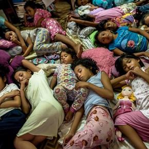 Casi un millón de niños se quedan atrás en Venezuela mientras los padres emigran