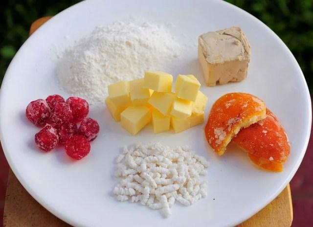 Ingredientes básicos para la rosca: levadura, azúcar, harina, manteca, cerezas y naranjitas.