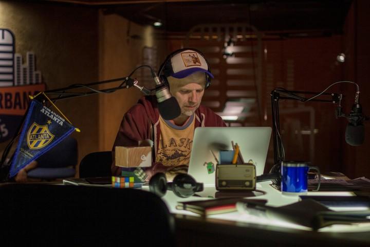 """Una imagen de """"Casi feliz"""", la serie de Netflix protagonizada por Sebastián Wainraich."""
