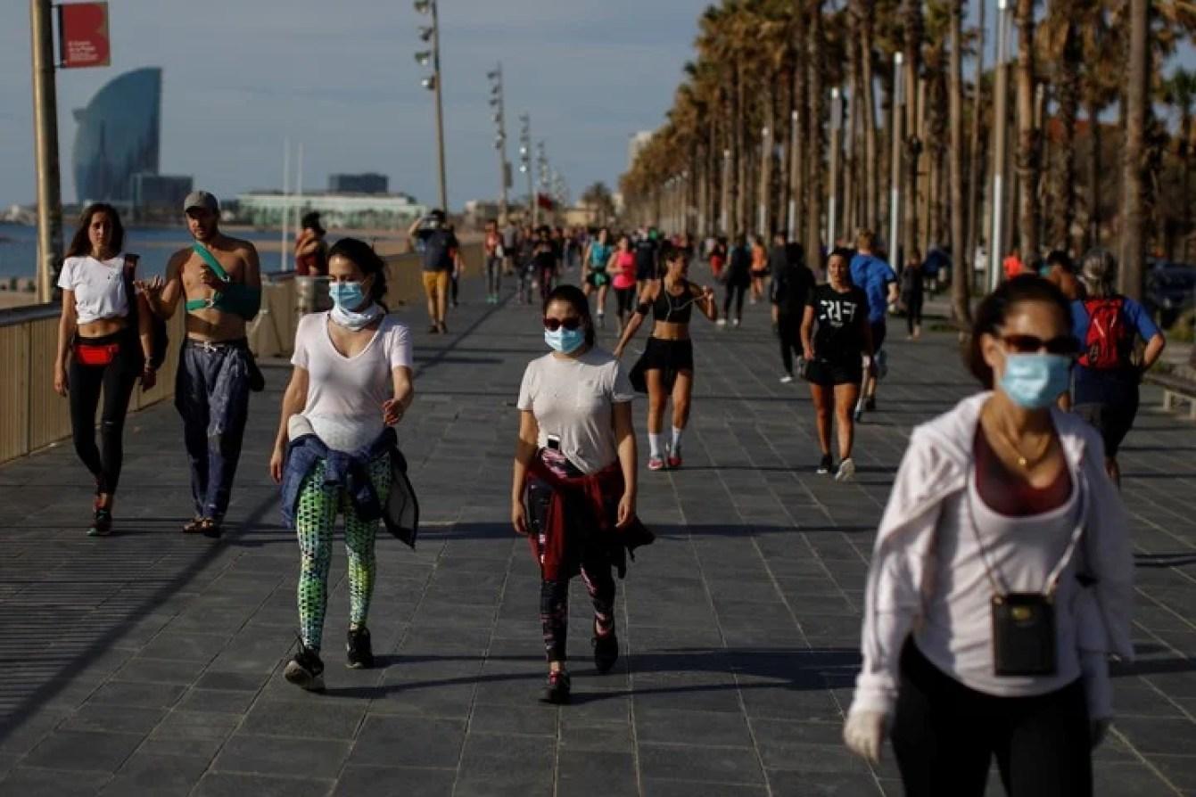 En Barcelona, en un sábado de primavera, muchos habitantes salieron a correr o caminar por las ramblas. /AP