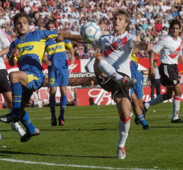 El gol de la Gata a Boca en el Apertura 2004.  FOTO GUSTAVO GARELLO