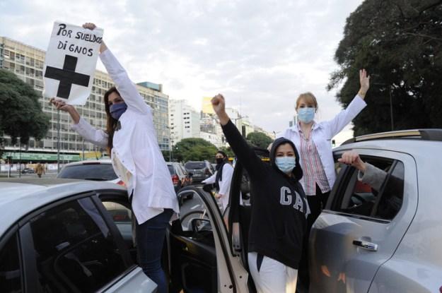 Los profesionales de la salud se movilizaron en autos. (Fernando De la Orden)