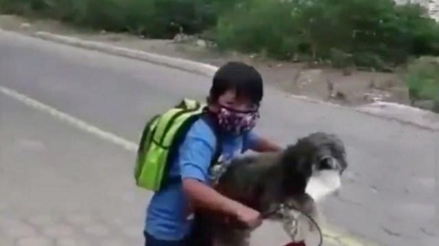 Anthony Hernández y su perro se protegieron con tapabocas antes de salir de compras en Ambato, Ecuador.