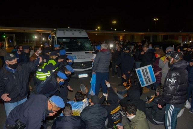 Los vecinos bloquearon el paso de la camioneta. Foto: Rafael Mario Quinteros