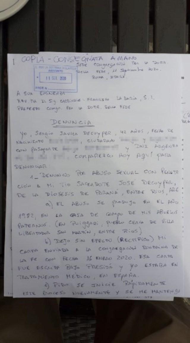 Sergio Decuyper. su denuncia a mano contra su tío sacerdote y al Papa Francisco por encubrimiento.