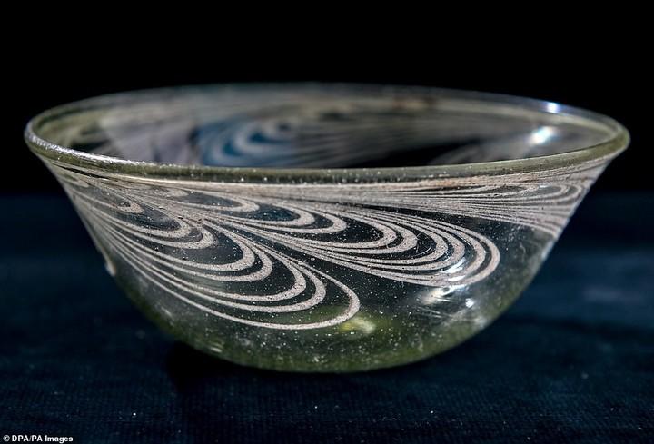 Un cuenco de vidrio muy bien conservado que fue encontrado en la tumba. Ya está siendo analizado en laboratorio. Foto: DPA
