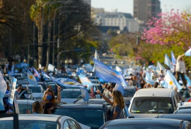 Algunos manifestantes marchan en sus autos para evitar el amontonamiento. Foto: Rafael Mario Quinteros