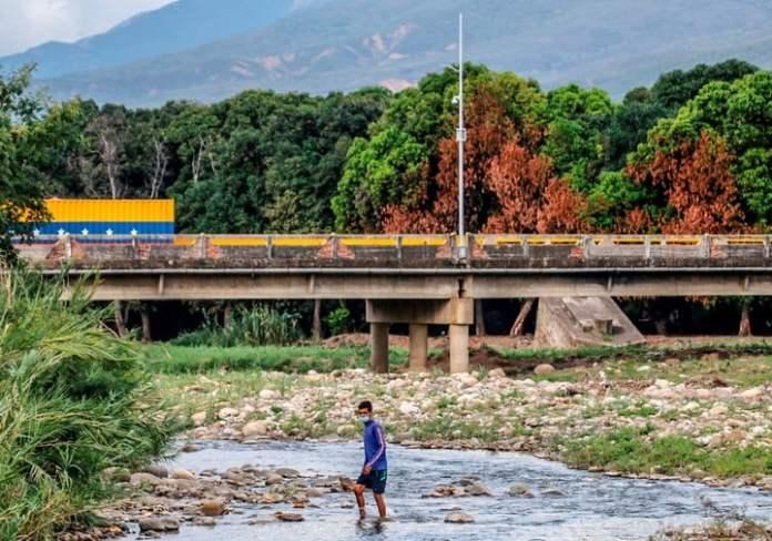 El Puente Simón Bolívar al fondo, en la frontera entre Colombia y Venezuela. Foto AFP