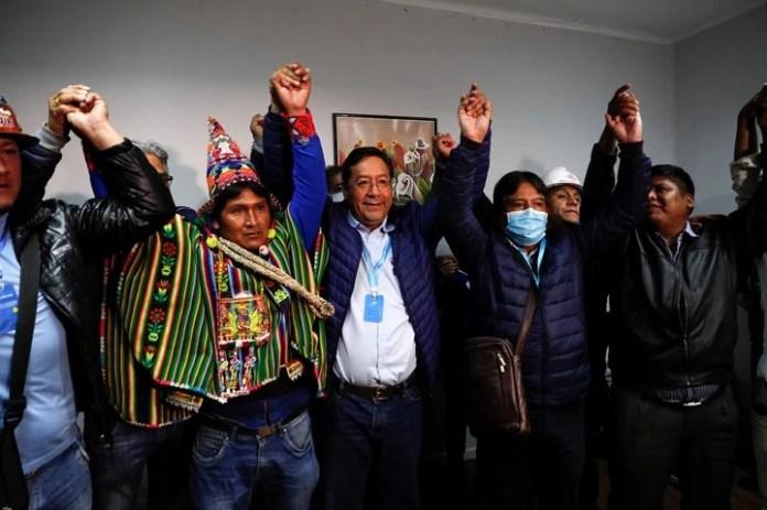 Luis Arce (centro) junto a su compañero de fórmula, David Choquehuanca. Foto: AP