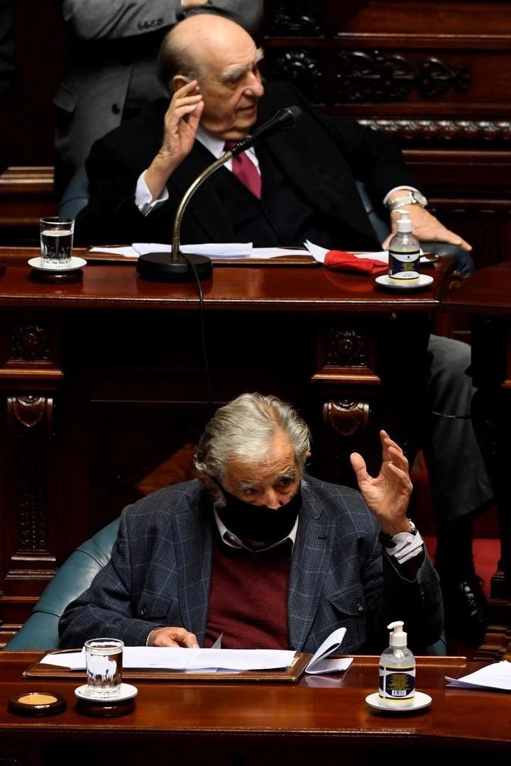 Julio María Sanguinetti presidente de Uruguay en 1985-1990 y 1995-2000 y José Mujica (2010–2015), en la última sesión de ambos en el senado uruguayo. Foto: AFP