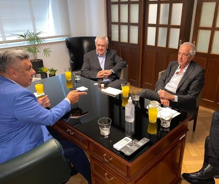 Cafés y jugos. Tapia junto a Ameal y D'Onofrio, en la oficina presidencial de la AFA. Foto AFA