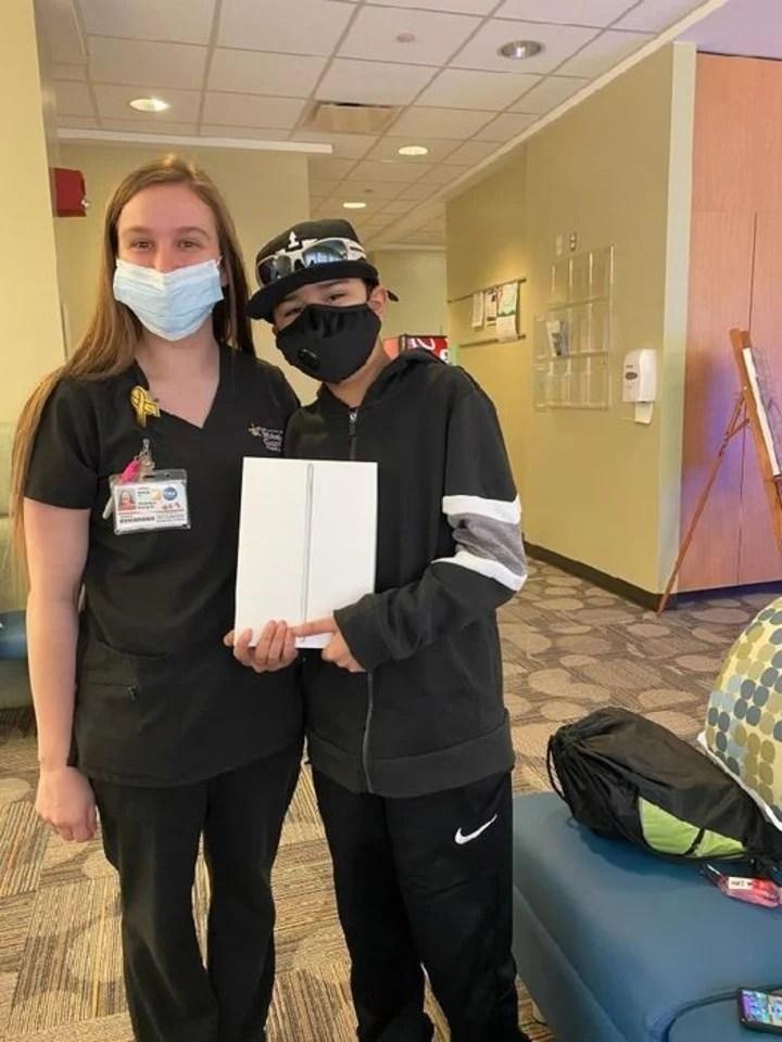 Caitlyn lleva adelante Keep Kids Connected, una organización que da Ipads a los pacientes para estar conectados, Foto Keep Kids Connected