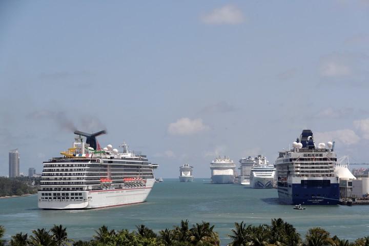 El Carnival Pride en PortMiami. El gobernador de Florida firmó una ley que les impide a las empresas exigir el certificado de navegación. Foto AP Photo/Lynne Sladky.