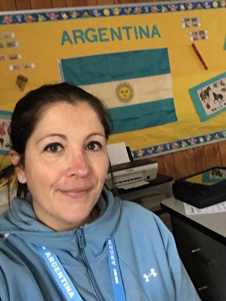 Emilia Radichi, en el aula de la escuela Farmington Woods, donde pegó en una de sus paredes la bandera argentina.