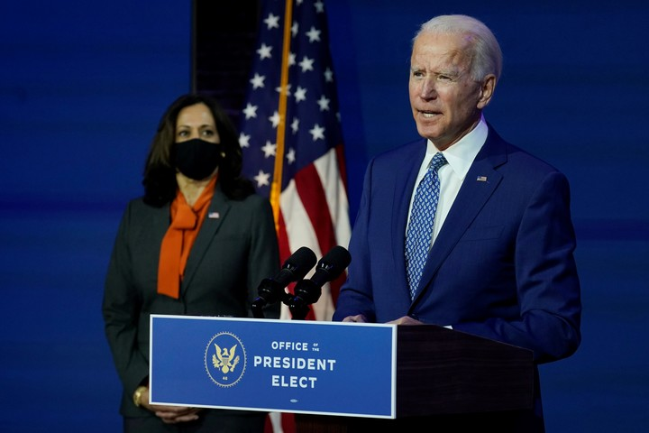 Joe Biden habla. Lo acompaña su vice electa, Kamala Harris. Foto: AP